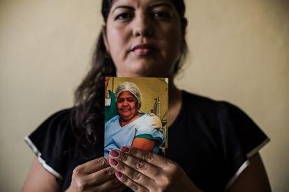 Maria Cristiane dos Santos Silva segura a uma foto da mãe, Mazé.