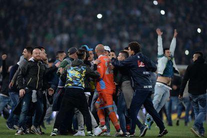 Torcedores rodeiam o jogador Reina após o fim da partidao.