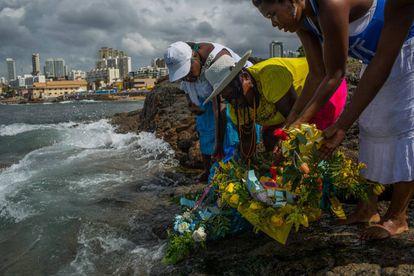 Devotos de Iemanjá deixam oferendas na praia de Salvador, na Bahia.