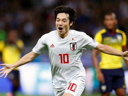 Nakajima comemora gol na partida do Japão contra o Equador.