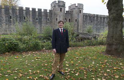 Adrian Goldsworthy, na frente do castelo de Cardiff.