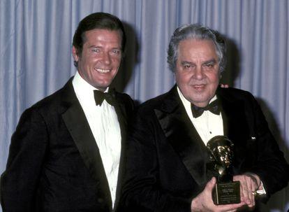 Roger Moore e Albert Broccoli na cerimônia do Oscar de 1981. / COLEÇÃO RON GALELLA / RON GALELLA VIA GETTY