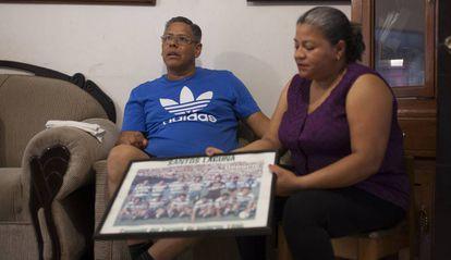 Os pais de Cisneros, Mario e Olga, seguram uma foto do elenco do Santos Laguna.