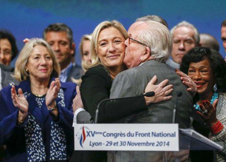 Marine Le Pen recebe a felicitação de seu pai no Congresso de Lyon.