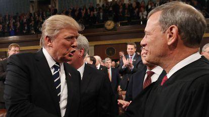 Trump cumprimenta Roberts em 2017 antes de um discurso no Congresso