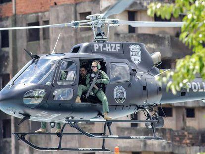 O traficante Marcelo Pinheiro Veiga, o 'Marcelo Piloto', num helicóptero policial após a ordem de expulsão do Paraguai.