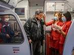Dos azafatas comprueban la temperatura de pasajeros en en un embarque en el aeropuerto de Incheon, Corea del Sur