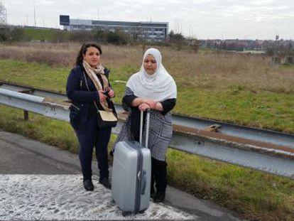 Estudantes de enfermagem que deveriam embarcar para Lisboa numa viagem de fim de curso caminham na direção da estrada.