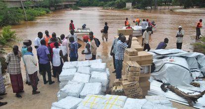 Partilha de ajuda humanitária por Cruz Vermelha junto ao rio Tana, em Idsowe, Quênia, o 3 de maio.