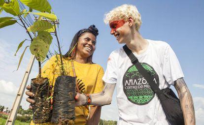 Anita Juruna, de 18 anos, e o ativista Elijah Mackenzie-Johnson, de 15 anos.