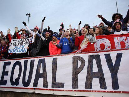 Um grupo de torcedoras pede igualdade salarial no futebol.
