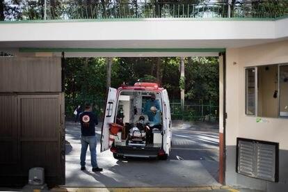 Socorristas avaliam paciente dentro da ambulância enquanto esperam orientação do médico regulador para onde deve levá-la.