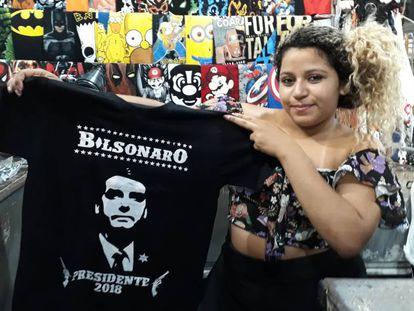 A vendedora Liriel Pires com uma das camisetas de Bolsonaro.