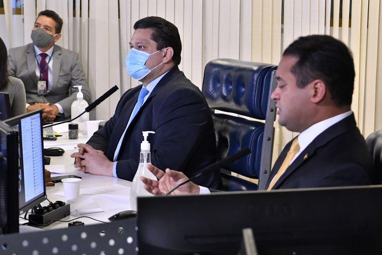 Os senadores Davi Alcolumbre e Weverton Rocha na sessão remota desta terça-feira.