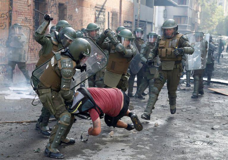 Policiais prendem manifestante durante um protesto contra o Governo do Chile em Santiago, dia 14 de novembro.