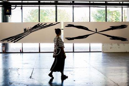 Uma pessoa caminha em frente às obras da série 'Dilatáveis', de Regina Silveira, na 34ª Bienal de Arte de São Paulo.