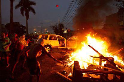 Manifestantes em uma barricada em Belo Horizonte.
