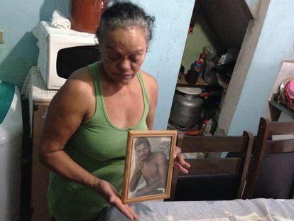 Maria Aparecida Silva com o retrato do filho Edson.