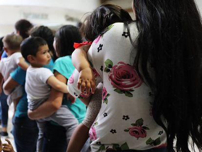Mulheres imigrantes com seus filhos, no final de junho, em McAllen .
