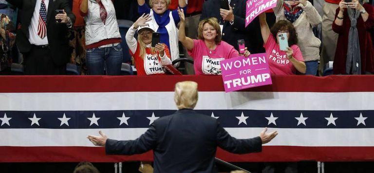Público aplaude o presidente Donald Trump na sua chegada a um comício em Chattanooga (Tennessee), no domingo passado.