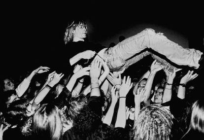 Kurt Cobain levantado pelo público em um show do Nirvana. Foi em 1991, na Alemanha.