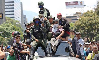 Soldados, com seguidores de Juan Guaidó nesta terça-feira