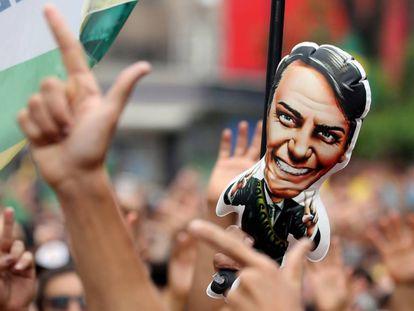 Apoiadores de Jair Bolsonaro, sempre associando sua figura ao uso de armas e à violência.