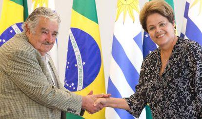 Mujica cumprimenta Dilma no Palácio do Planalto nesta sexta-feira.