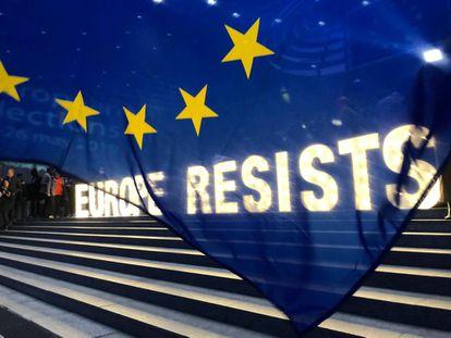 Anúncio exibido por europeístas na área externa do Parlamento Europeu, em Bruxelas.