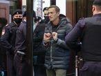 Alexei Navalni es acompañado a asistir a una audiencia sobre la sustitución de su sentencia en el Tribunal Municipal de Moscú, Rusia el 2 de febrero de 2021.