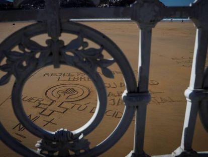 Desenho na areia da praia da Concha de San Sebastián em apoio ao movimento feminista.