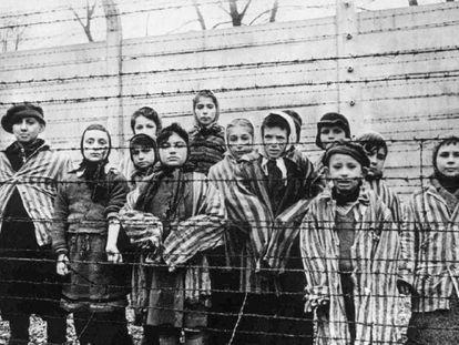 Crianças presas em Auschwitz, em foto tirada no inverno de 1945 pelo fotógrafo soviético Alexander Vorontsov.