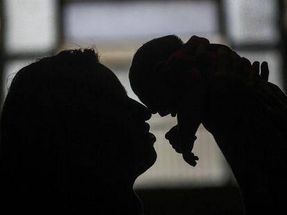 Uma avó segura o neto com microcefalia no Rio de Janeiro.