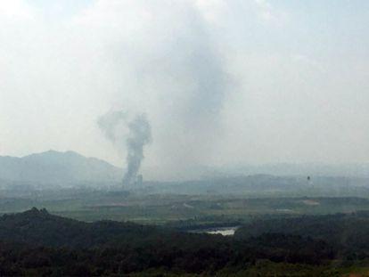 Coluna de fumaça na cidade fronteiriça de Kaesong, Coreia do Norte, vista do território sul-coreano. No vídeo, imagens da explosão nesta terça-feira (legendas em espanhol).
