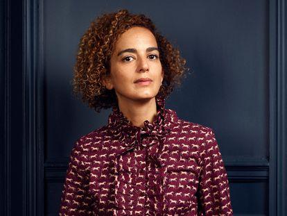 A escritora Leïla Slimani, retratada em sua casa em Paris em fevereiro.