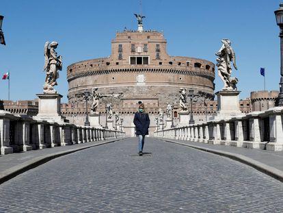 Una mujer junto al Castillo de San Angelo en Roma.