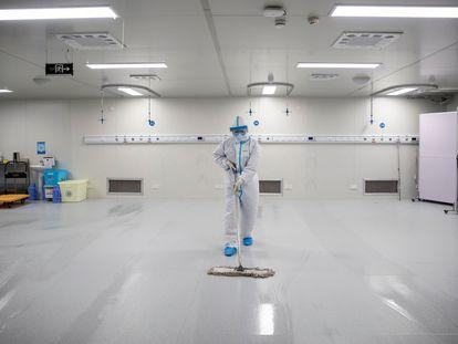 Um trabalhador limpa o hospital de Leishenshan, construído em 10 dias durante as piores semanas da pandemia de Covid-19 em Wuhan.