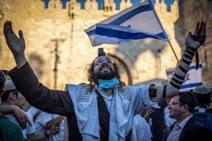 Judeu ultraortodoxo participa na passeata nacionalista de terça-feira em Jerusalém.