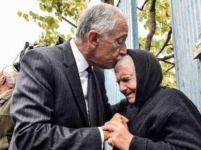 O presidente português, Marcelo Rebelo de Sousa, consola uma idosa de Vouzela, vítima dos incêndios.