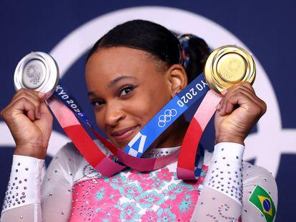 Rebeca Andrade com suas duas medalhas.