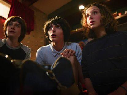 Noah Schnapp, Finn Wolfhard e Millie Bobby Brown, na terceira temporada de 'Stranger Things'.
