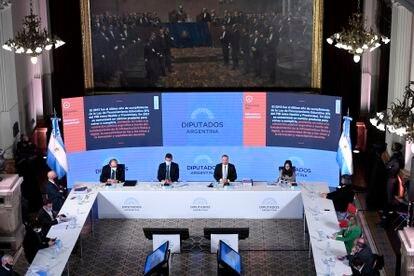 O ministro da Economia da Argentina, Martín Guzmán (no centro, sem máscara) apresenta o orçamento ao Congresso, nesta terça-feira.