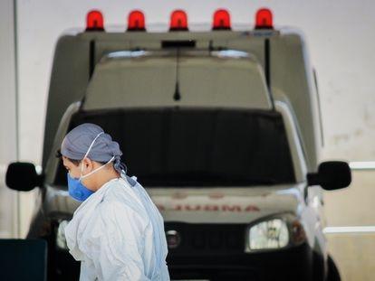 Profissional de saúde em uma unidade de Pronto Atendimento (UPA) em Fortaleza, Ceará. Estado já é o segundo com mais casos do coronavírus