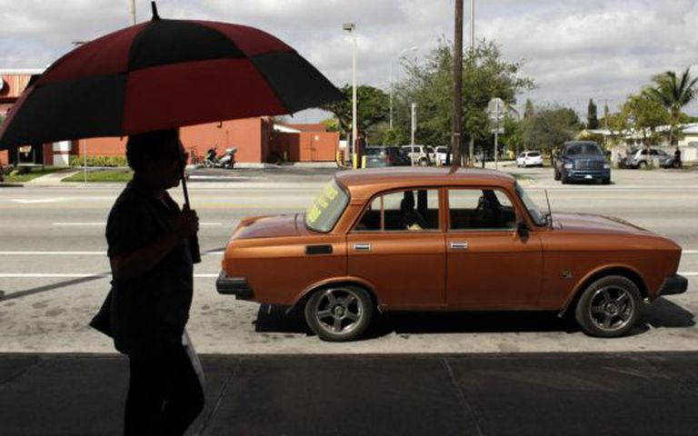 Uma mulher caminha em Hialeah, Flórida.