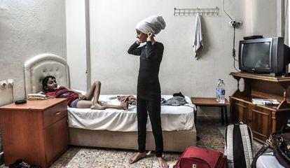 Nur, de 12 anos, e Hassan, de 10, no quarto da hospedaria de Esmirna (Turquía).