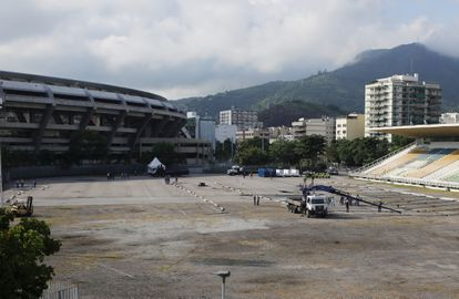 Hospital de campanha sendo montado ao lado do Maracanã, no Rio de Janeiro.