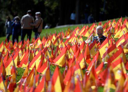 Milhares de bandeiras espanholas representando as vítimas da covid-19 no país, em um parque em Madri, 27 de setembro.