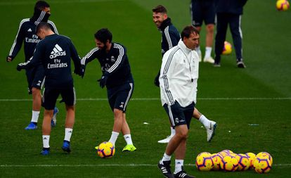 Julen Lopetegui no primeiro plano durante treino do Real Madrid.