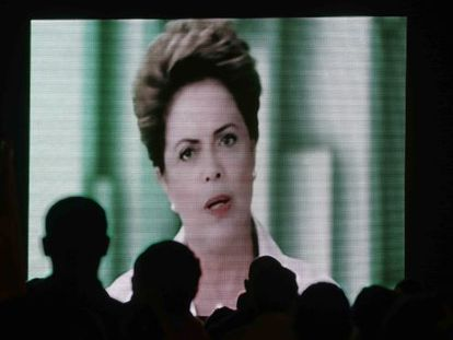 Petistas assistem ao pronunciamento de Dilma, em Brasília.