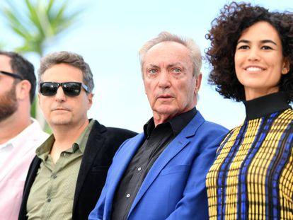 A partir da esquerda, os diretores Juliano Dornelles e Kleber Mendonça Filho, e os atores Udo Kier e Bárbara Colen, na apresentação de 'Bacurau'